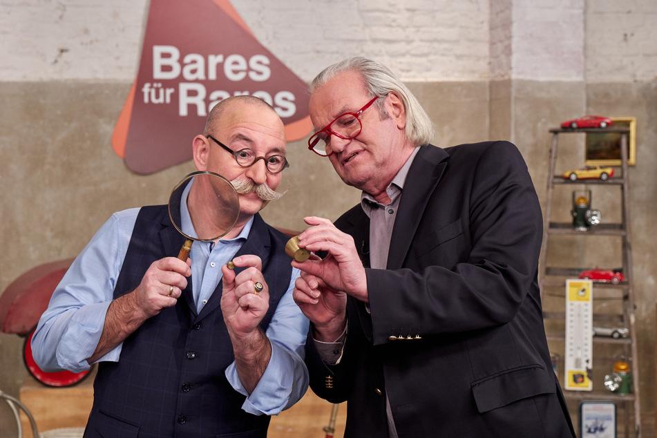 """""""Bares für Rares"""": Horst Lichter und Albert Maier untersuchen ein Exponat."""