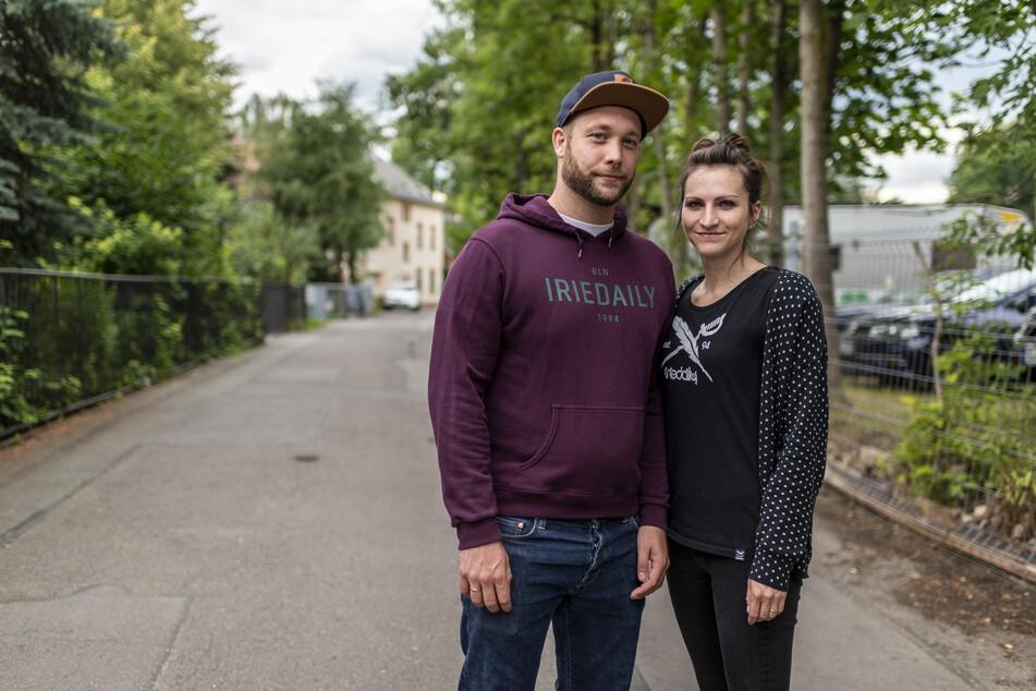 Anwohner Hendrik und Francesca Köhler (beide 32) sind von Restmüll und Bauschutt in leerstehenden Nachbarhäusern genervt.