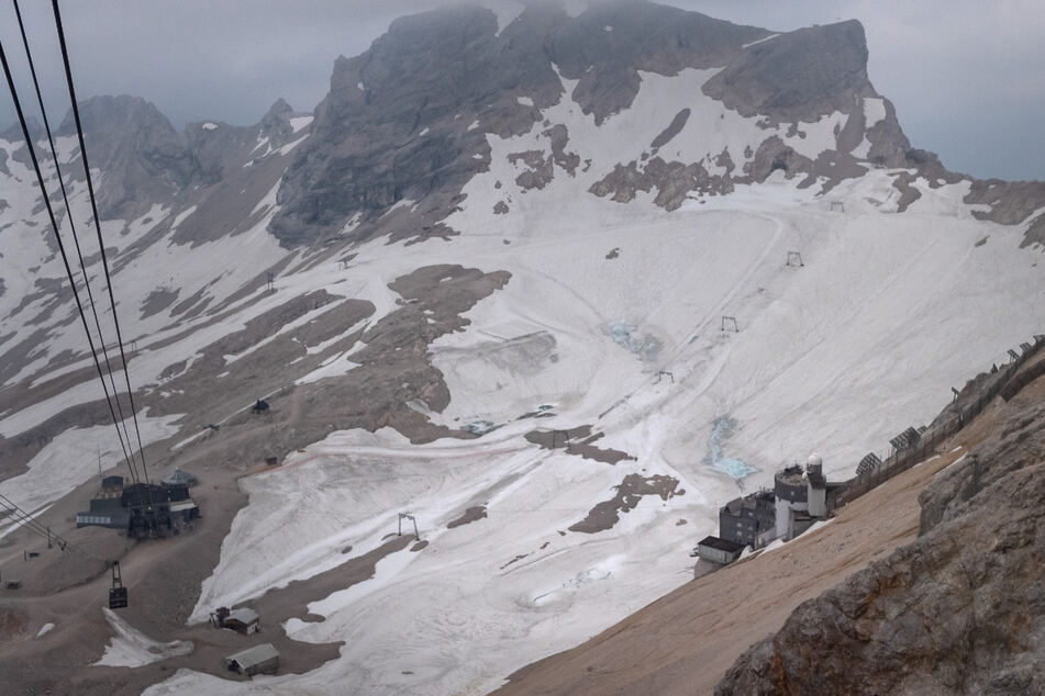 Der Gletscher auf Deutschlands höchstem Berg der Zugspitze ist mit Schnee bedeckt. (Archiv)