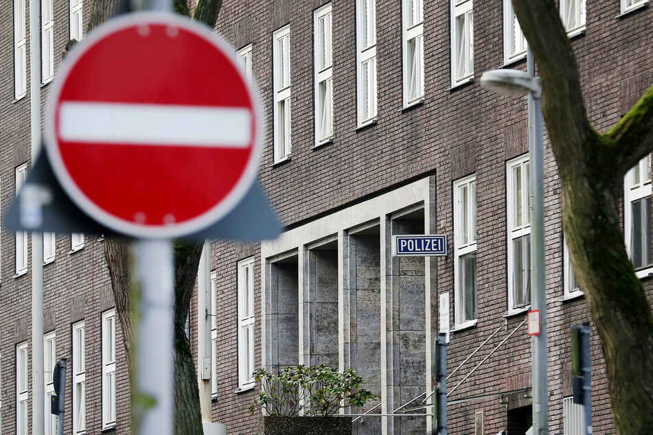 Im Zusammenhang mit Chats mit rechtsextremen Inhalten bei der Polizei NRW sind mehrere Strafbefehle beantragt worden. (Symbolbild)