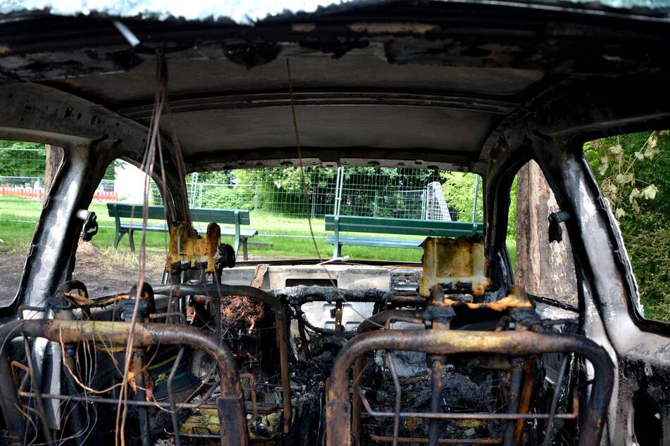 Das Auto ist auch im Innenraum komplett ausgebrannt.