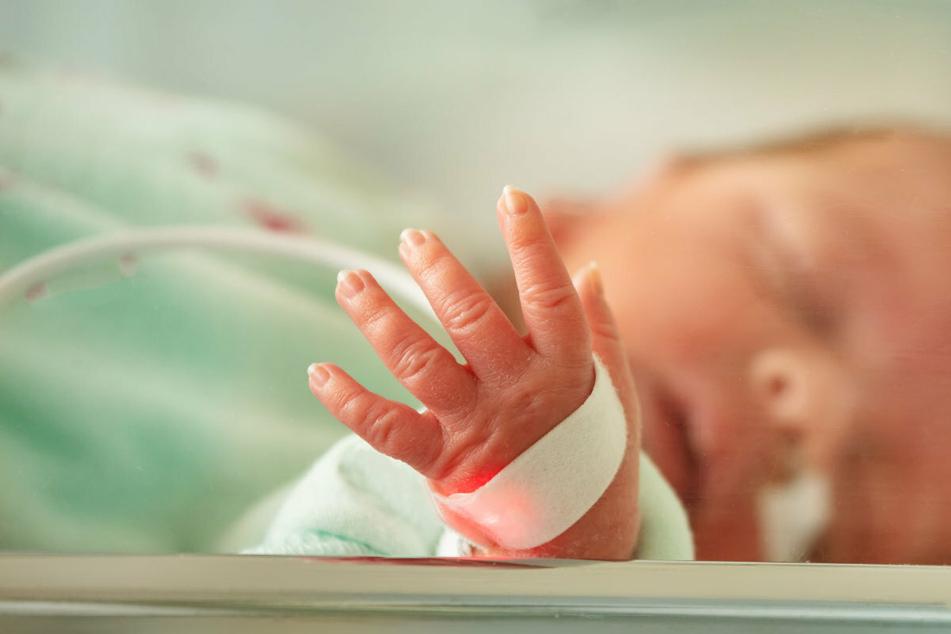 Große Sorge um Frühgeborene - WHO betont: Kuscheln ist wichtiger als Corona!