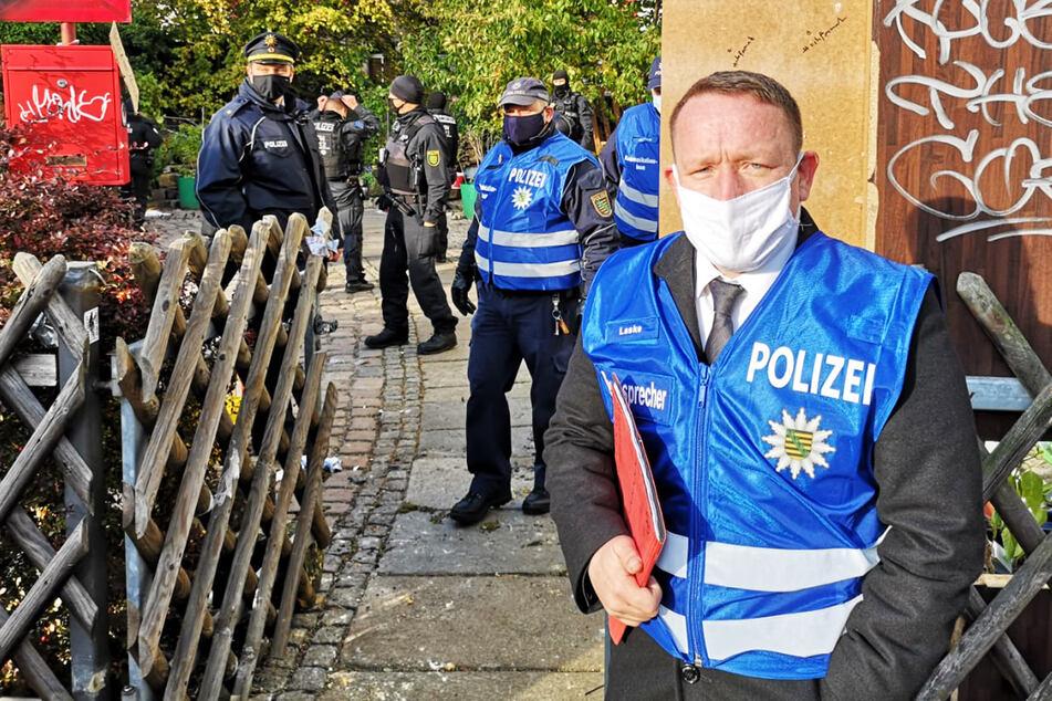 """""""Keine Personen im Haus"""": Polizeisprecher Marko Laske am Hofeingang."""