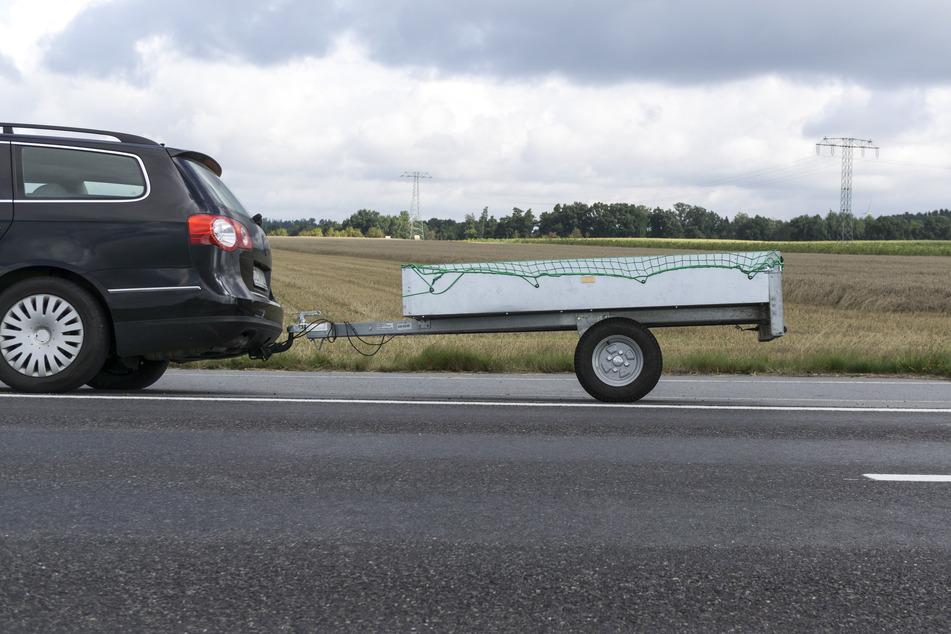 Bei voller Fahrt koppelte der Beifahrer den Hänger ab. (Symbolbild)