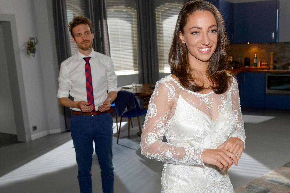 Felix (l.) und Nazan (r.) wollen endlich heiraten. Der Pfarrer ist aber nicht gut auf Felix zu sprechen.
