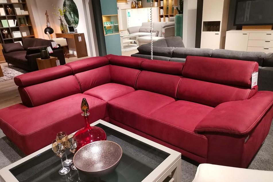 Dieses schöne rote Sofa gibt's bei dieser Aktion gerade zum Hammerpreis