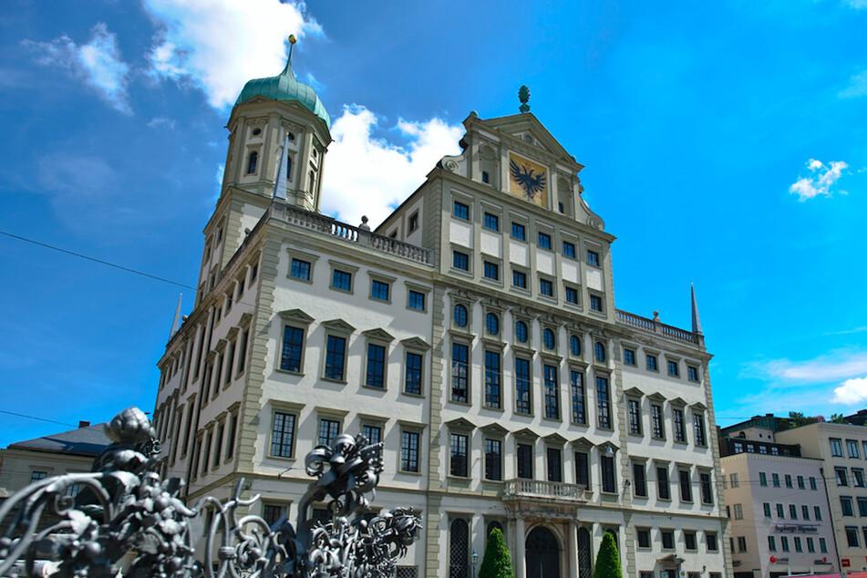 Das historische Rathaus von Augsburg: Die Stadt bekommt für ihren Kampf gegen den Extremismus 90.000 Euro vom Bund.