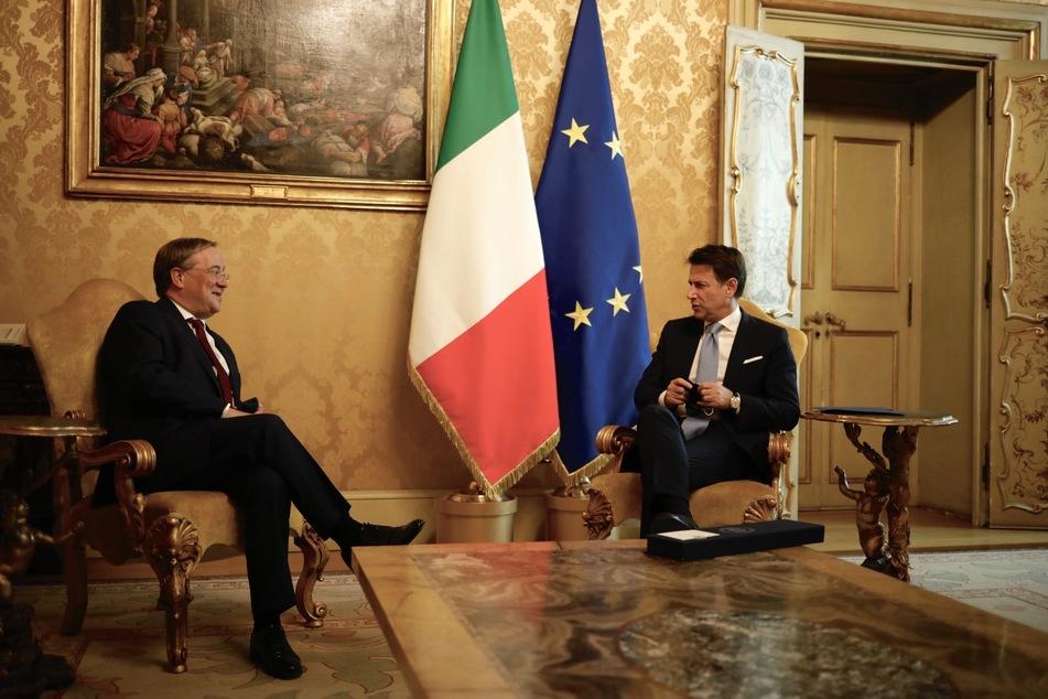 Der nordrhein-westfälische Ministerpräsident Armin Laschet (CDU - l) wird vom Ministerpräsident von Italien, Giuseppe Conte, empfangen.