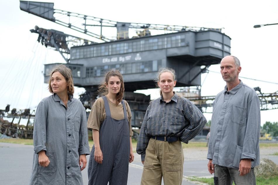 """Die Schauspieler der Theatergruppe erzählen im Stück """"Kohlezug"""" die Geschichte der Braunkohleförderung."""