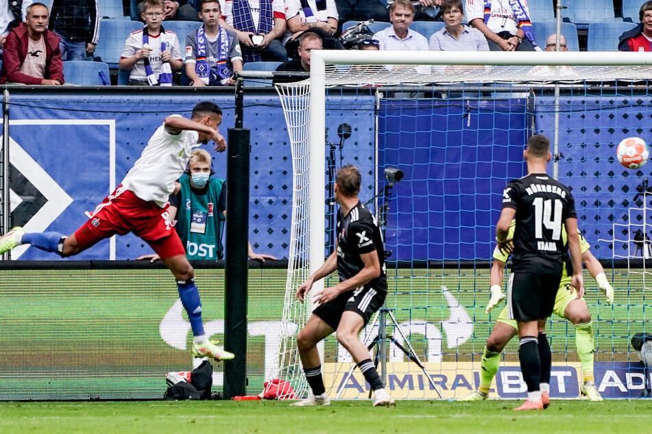 HSV-Stürmer Robert Glatzel (l.) kommt nach Flanke von Jonas Meffert frei zum Kopfball und erzielt das 1:1 gegen den 1. FC Nürnberg.