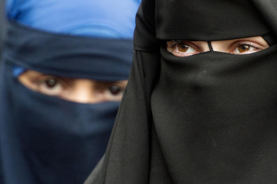 Verschleierte Frauen nehmen im Juni 2014 an einer Kundgebung eines radikalen Salafisten-Predigers in Offenbach teil.