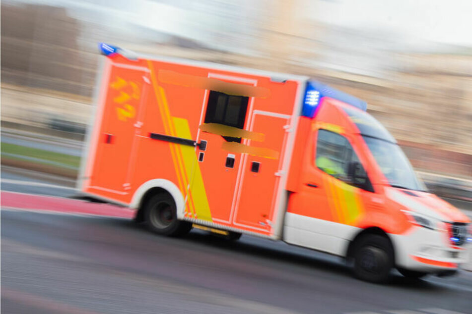 Drei Kinder und der 48 Jahre alte Vater erlitten leichte Verletzungen und kamen zur Untersuchung in ein Krankenhaus. (Symbolbild)