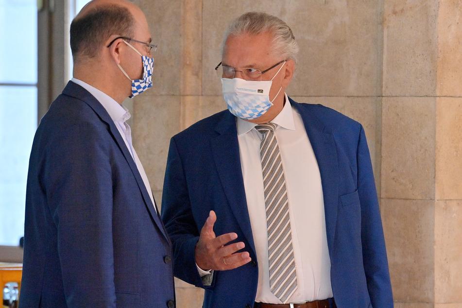 Joachim Herrmann (CSU, r.), Innenminister von Bayern, im Gespräch mit Albert Füracker (CSU), Staatsminister der Finanzen, Landentwicklung und Heimat.