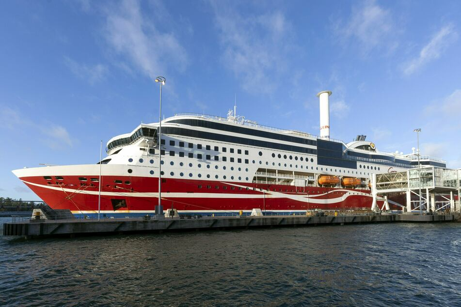 Das am 21. November 2020 vor der finnischen Inselgruppe Aland gestrandete Schiff mit 429 Menschen an Bord ist mittlerweile ins Fährterminal gezogen worden.