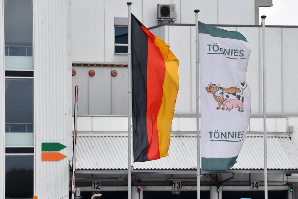 Tönnies-Mitarbeiter demonstrieren am Freitag am Standort in Weißenfels.
