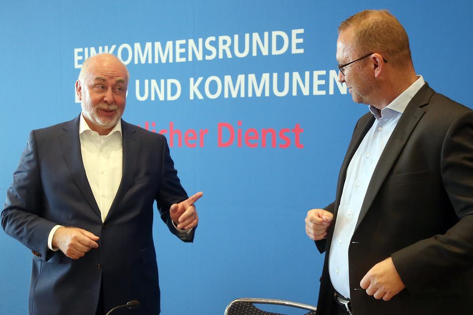 Ulrich Silberbach (l), Bundesvorsitzender des dbb beamtenbund, unterhält sich zu Beginn einer Pressekonferenz mit Frank Werneke, Vorsitzender von Verdi.