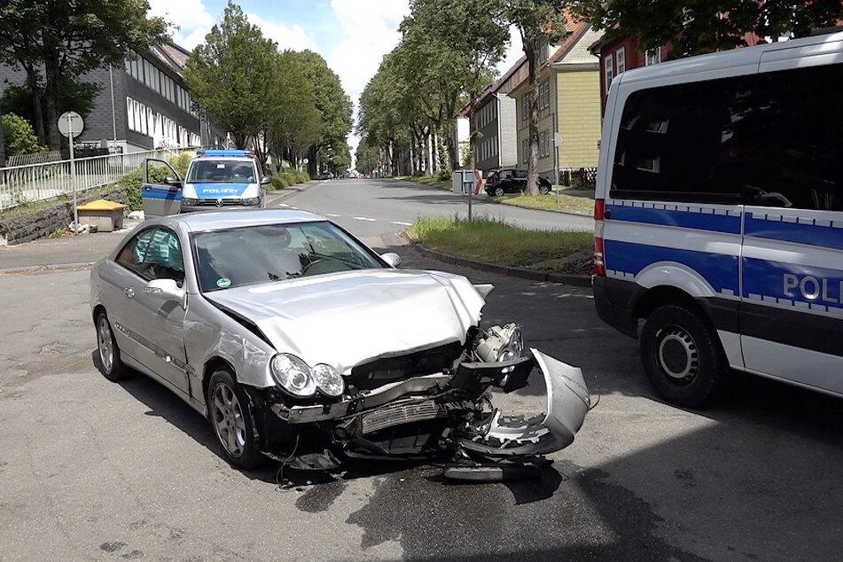Der Fahrer des Mercedes rammte mehrere Autos, darunter auch ein Fahrzeug der Polizei.