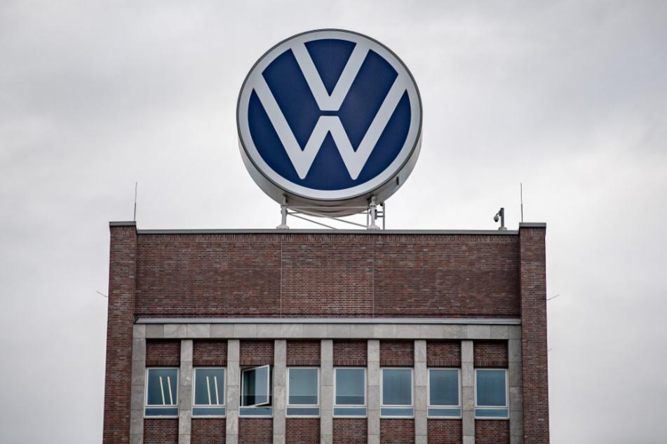 Ein großes VW-Logo steht auf dem Verwaltungshochhaus vom Volkswagen-Werk.