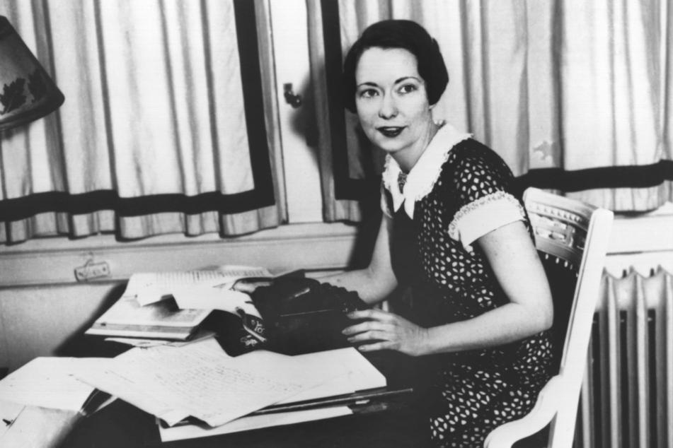 """31. März 1936: Die us-amerikanische Schriftstellerin Margaret Mitchell sitzt an ihrem Schreibtisch in Atlanta, einen Monat vor der Veröffentlichung ihres Romans """"Vom Winde verweht""""."""