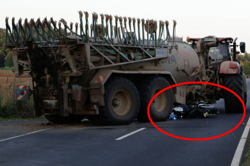 Das Motorrad war in den Gülleanhänger gekracht und der Fahrer anschließend unter den Traktor geraten.