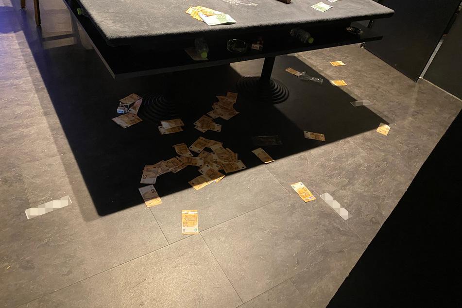 Vor Ort fanden die Ermittler hohe Summen Bargeld, das teilweise chaotisch in den Räumen verteilt lag.