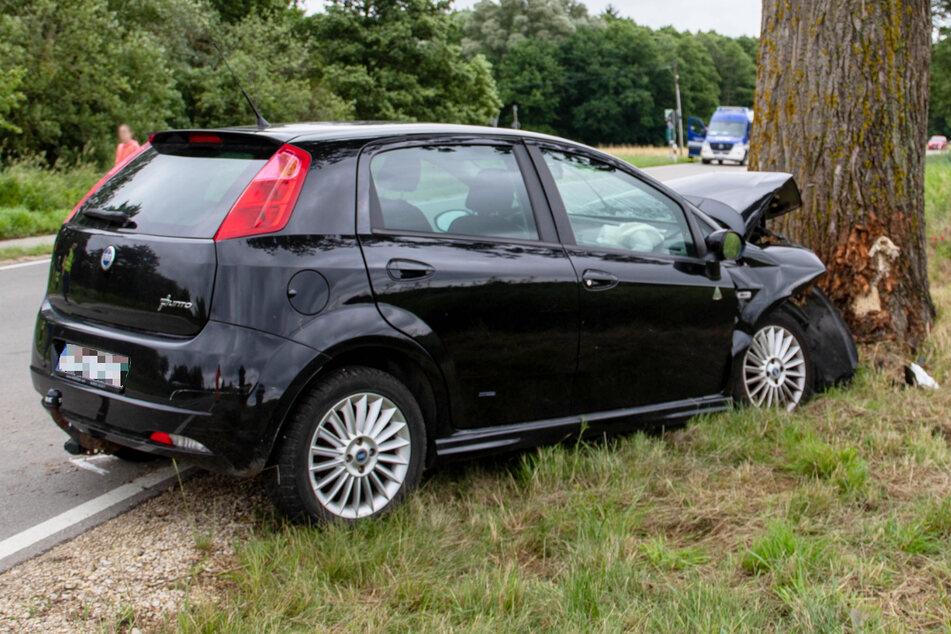 Ein 72 Jahre alter Mann ist in Bayern mit einem Auto gegen einen Baum geprallt und dabei ums Leben gekommen.