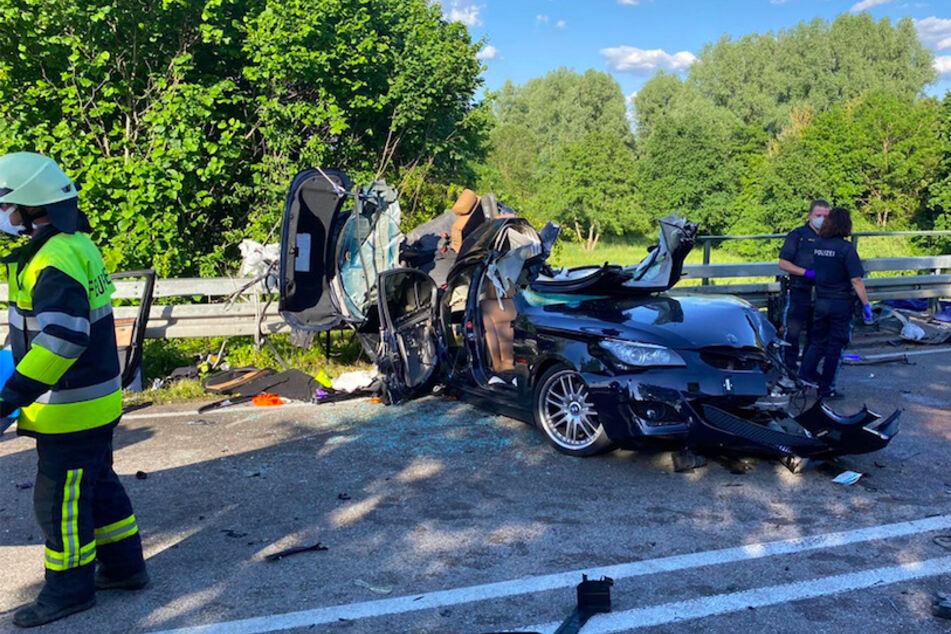 BMW kracht im Gegenverkehr in Lkw: Zwei junge Männer tot