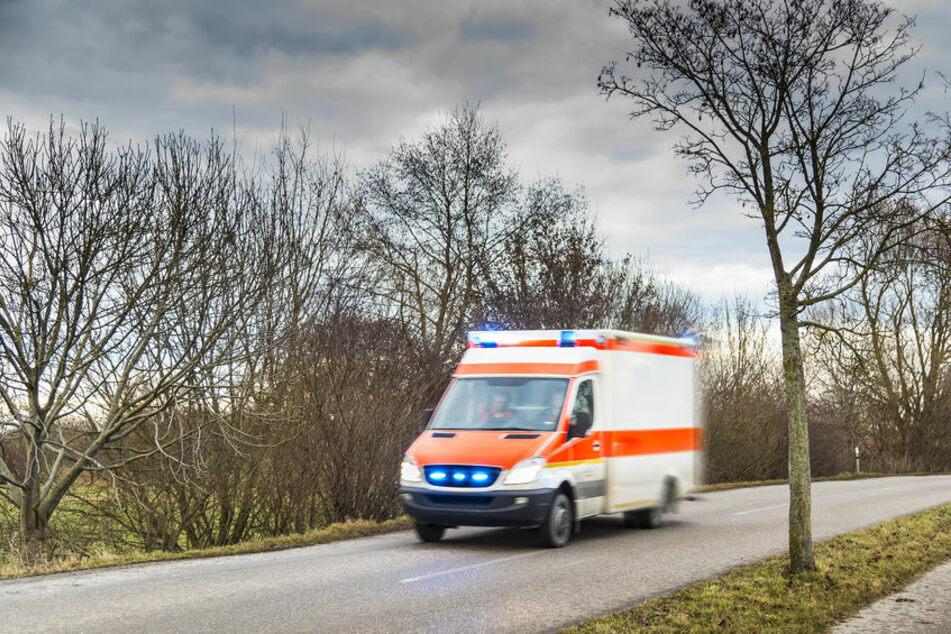 Betrunkener (25) fällt vom Rad, verletzt sich schwer und will Rettungsdienst schlagen