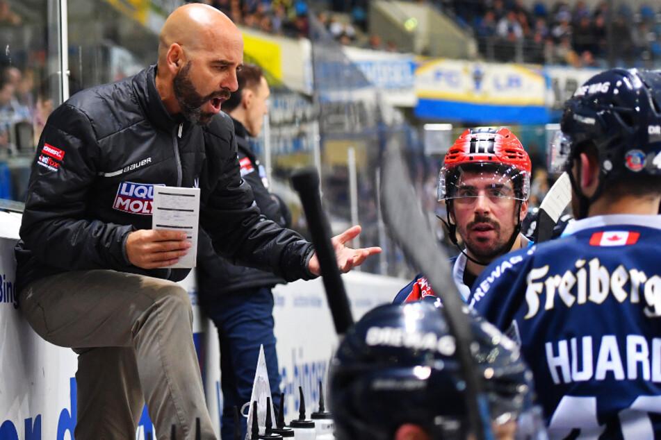 Eislöwen-Coach Rico Rossi (l.) greift in der kommenden Saison nicht mehr auf Dale Mitchell (M.) zurück. Der Stürmer geht nach Dänemark.