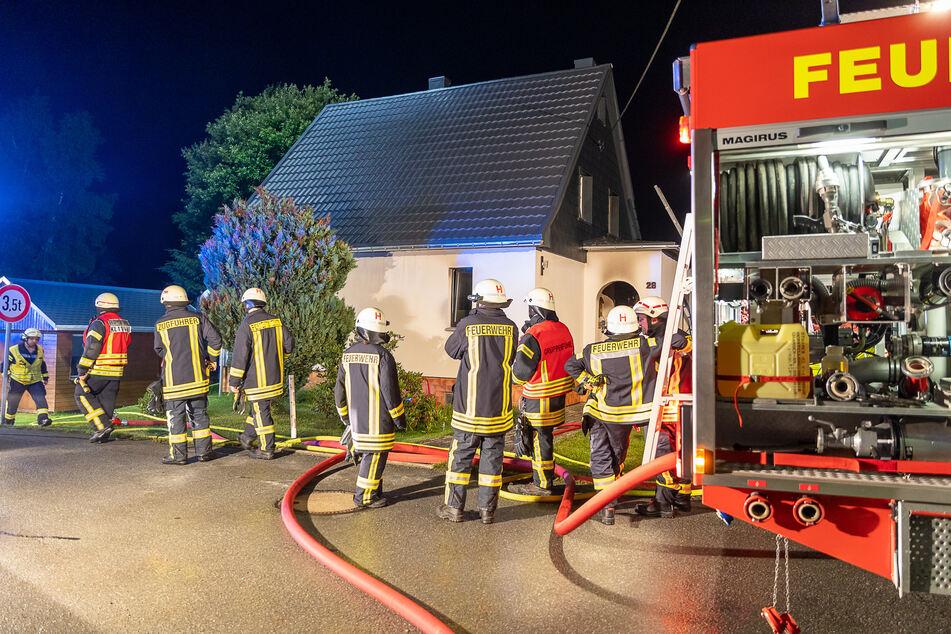 In diesem Einfamilienhaus in Muldenhammer (Vogtland) brach am Freitagabend ein Brand aus. Zwei Personen wurden dabei verletzt.