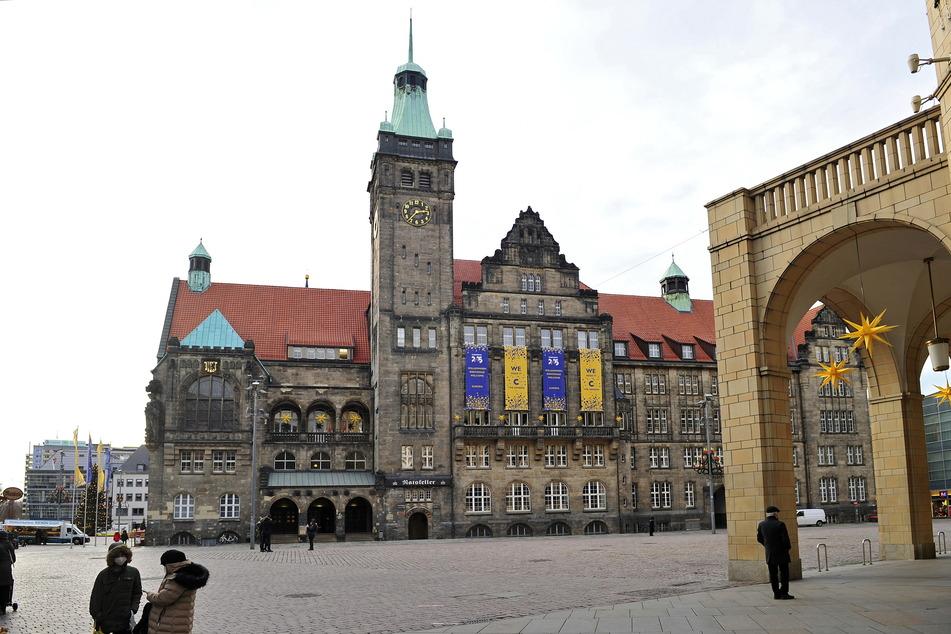 Chemnitzer Neumarkt: Immer wieder mischen sich potenziell gefährliche Corona-Verdächtige unter die Passanten.