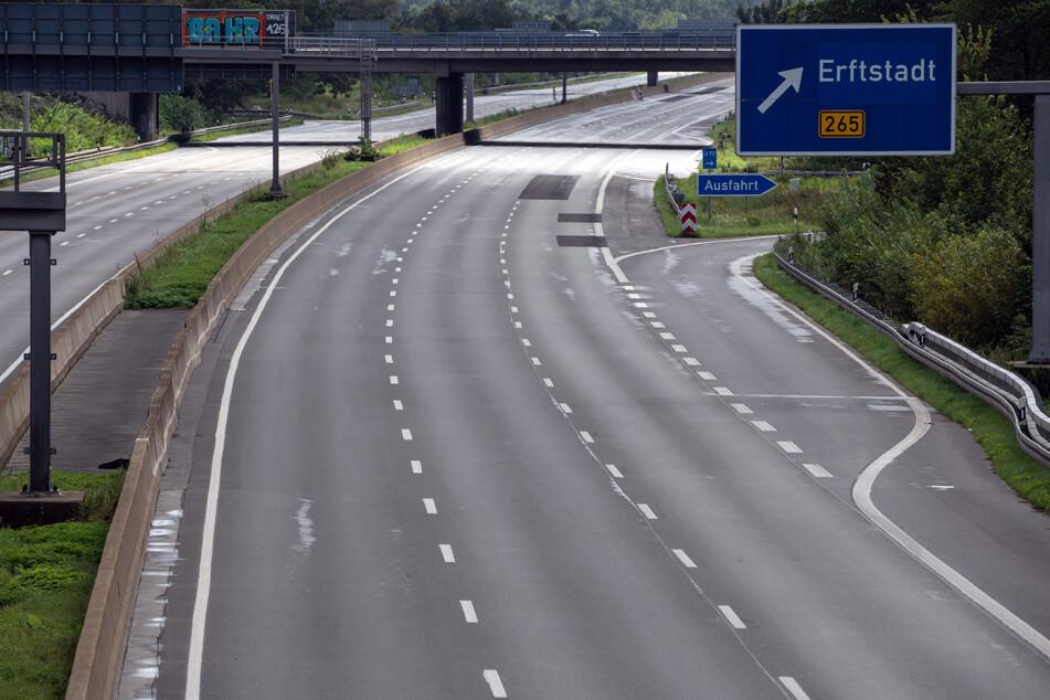 Die Autobahn bei Erftstadt in der Nähe von Köln war durch das Hochwasser im Juli schwer beschädigt worden.