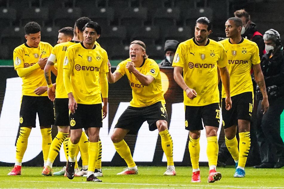 Erling Haaland (3.v.r.) rastet förmlich aus und bejubelt sein Tor zum 2:0 für den BVB.
