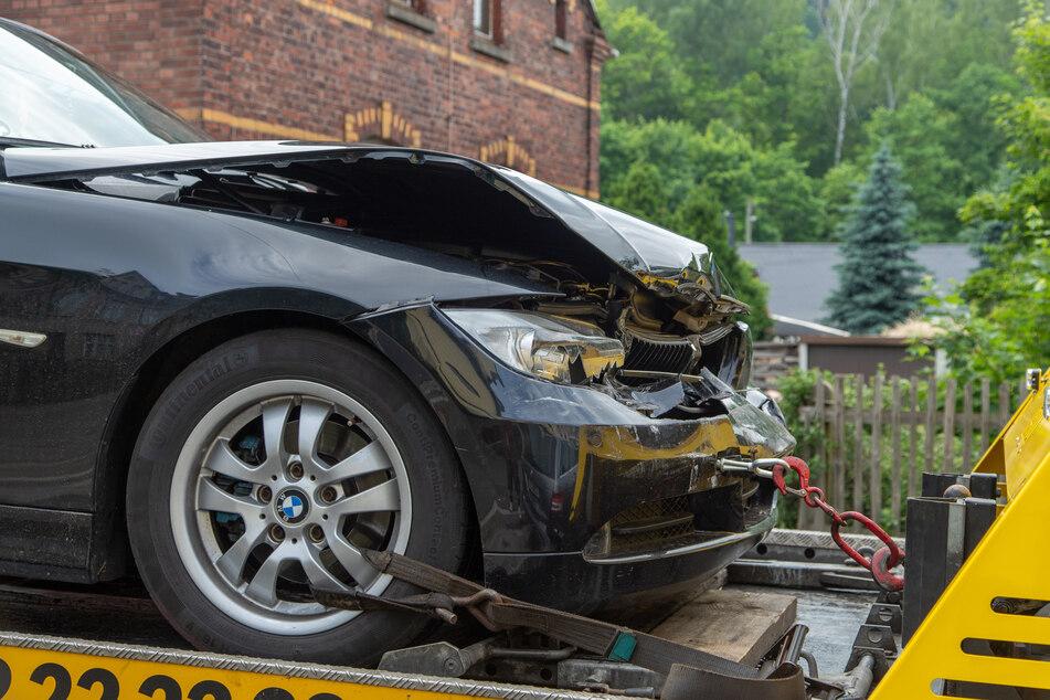 In Lengenfeld musste die B94 nach einem Unfall mit vier Fahrzeugen gesperrt werden. Auch ein BMW war in den Auffahrcrash verwickelt.