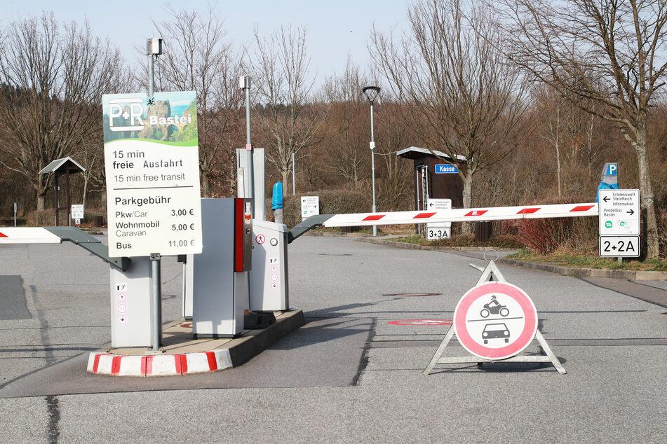 Keine Zufahrt möglich. So wie hier der Parkplatz an der Bastei sind derzeit viele Stellplätze in Sachsen abgesperrt.