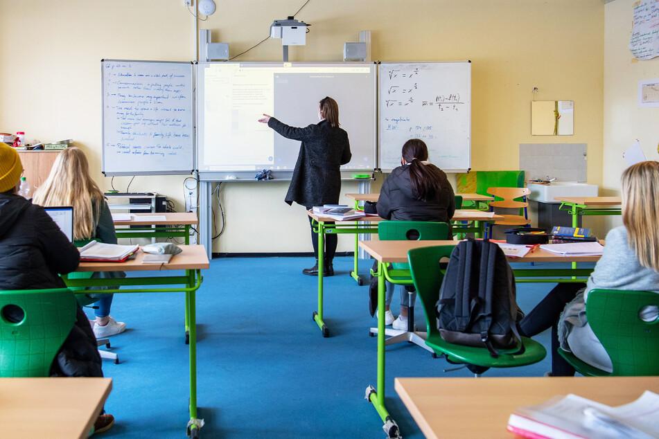 Öffnen fast überall: weiterführende Schulen. Nicht jedoch im Vogtland, dort liegt die Inzidenz bei knapp unter 300.
