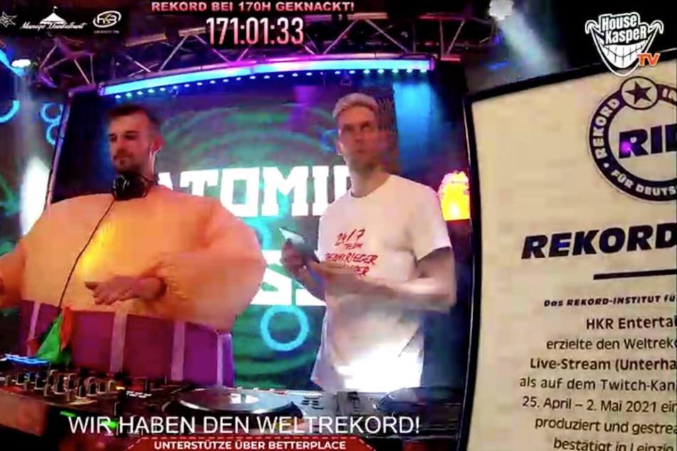 Philipp Immig alias DJ HouseKaspeR (r.) zusammen mit Malte Böhm aka DJ Atomic Bass während des Livestreams.