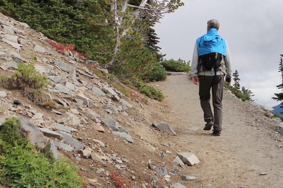 Senior (80) geht auf Kletter-Tour: Als er Wanderer Platz macht, geschieht das Unglück