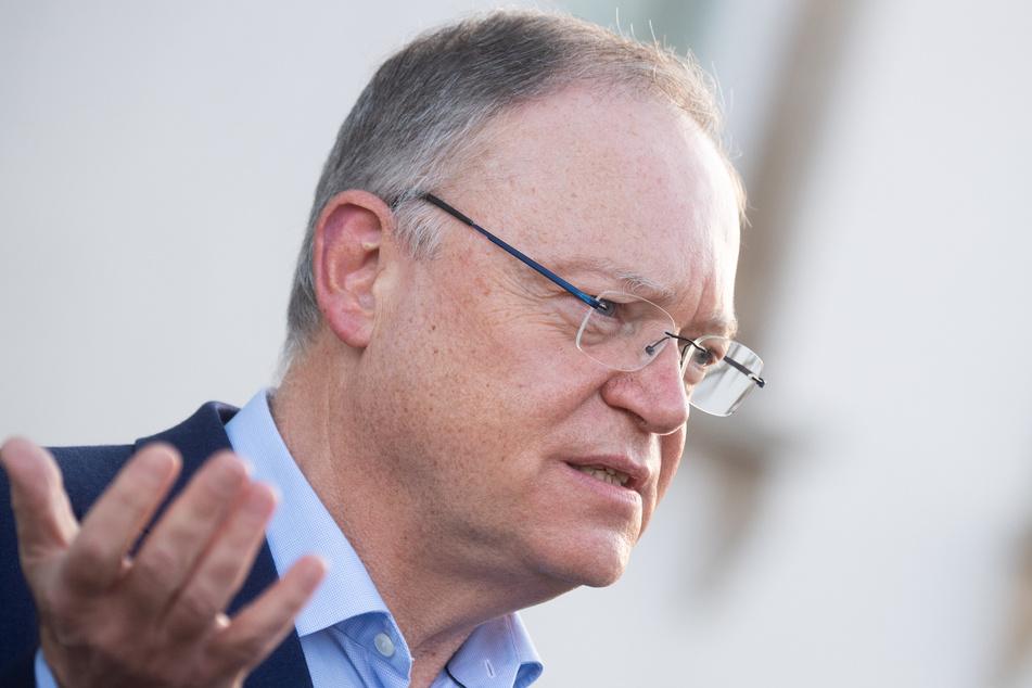 Niedersachsens Ministerpräsident Stephan Weil (SPD) erwartet, dass die Corona-Beschränkungen bis Anfang Januar erforderlich sein werden.