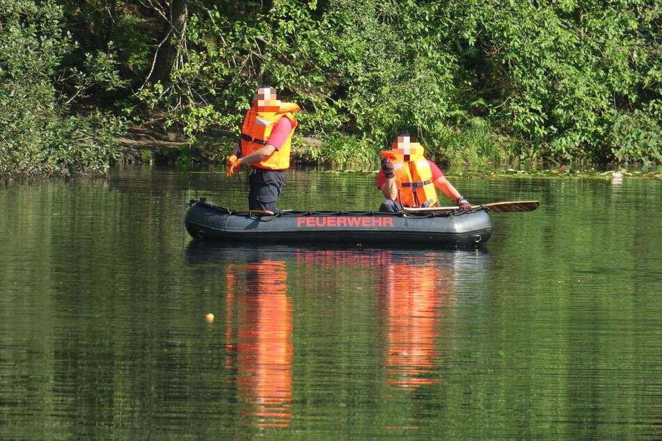 Mit Schlauchbooten suchen die Einsatzkräfte der Feuerwehr das Gewässer ab.