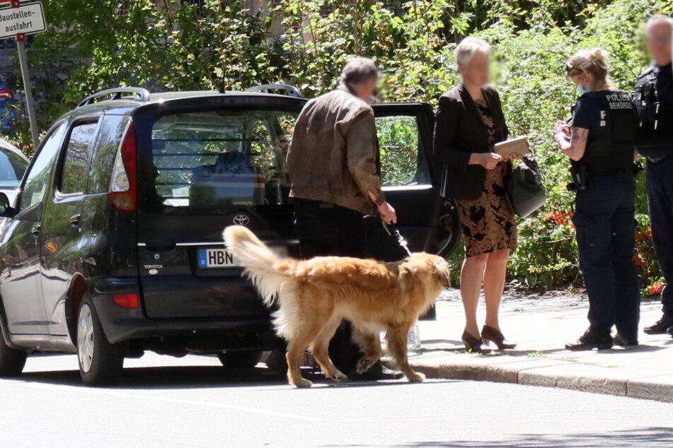Dieser Hund wartete am Montagmittag in einem geparkten Auto in Zwickau auf seine Besitzer. Da es dem Tier augenscheinlich nicht gut ging, alarmierte eine Zeugin das Ordnungsamt.