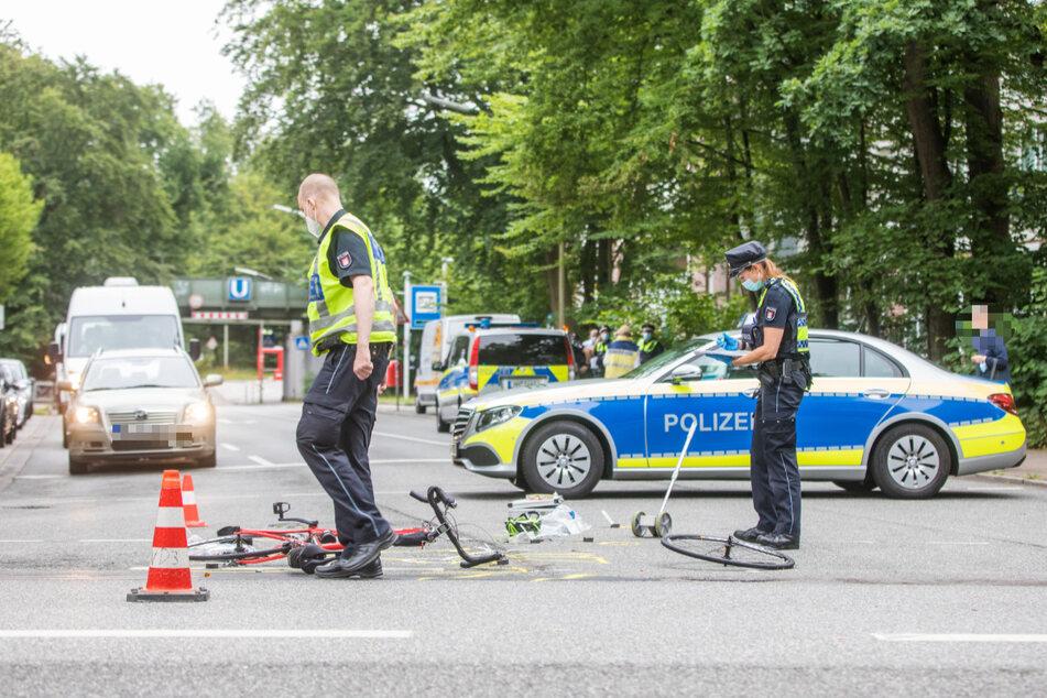 Polizisten sind nach dem schweren Crash an der Unfallstelle im Einsatz.