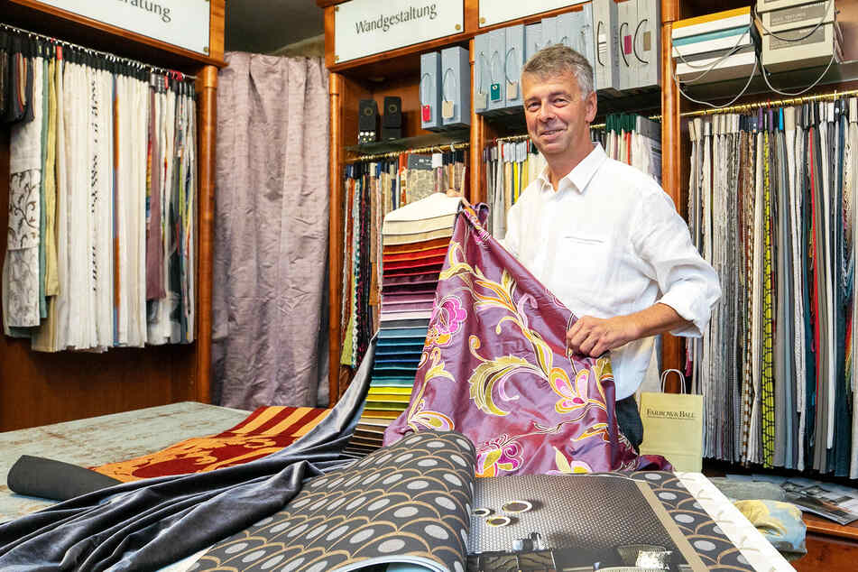 Einer schöner als der andere: Raumausstatter Ralf Leuter (50) zeigt in seinem neunen Showroom seine wunderbaren Stoffe.