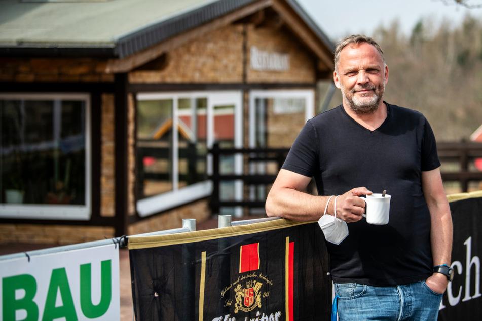 Bürgermeister Dirk Neubauer (50, SPD) genoss nach dem harten Kampf um sein Öffnungsmodell erst einmal einen Kaffee.