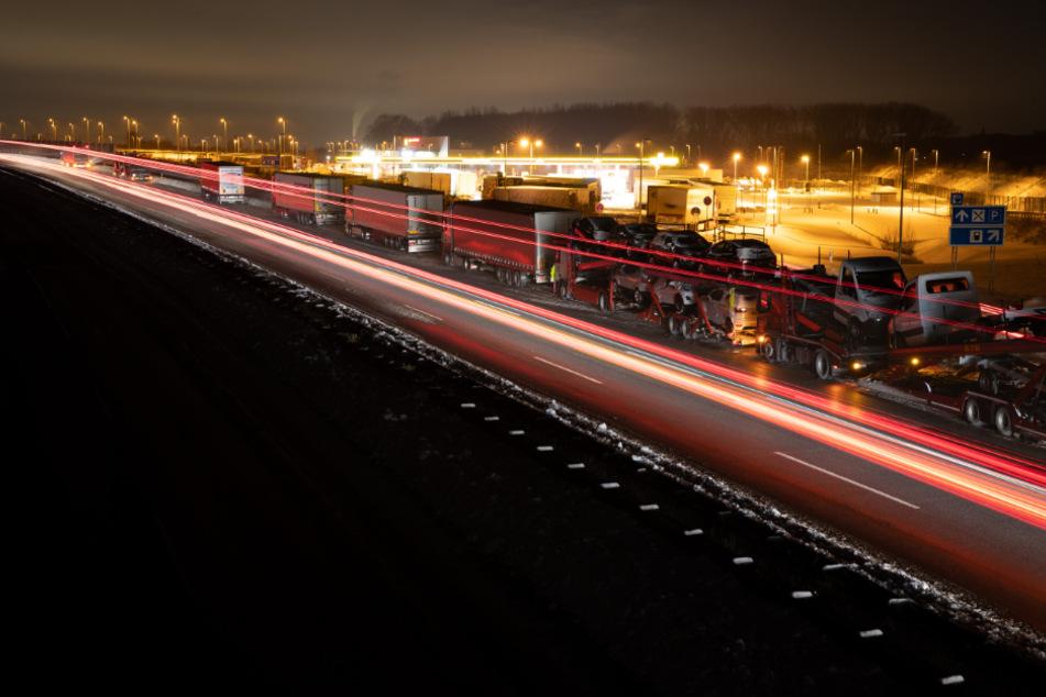 Hintereinander stehen die Lkw auf der Autobahn 2 in Nordrhein-Westfalen. Allerdings kann der Verkehr wieder rollen.