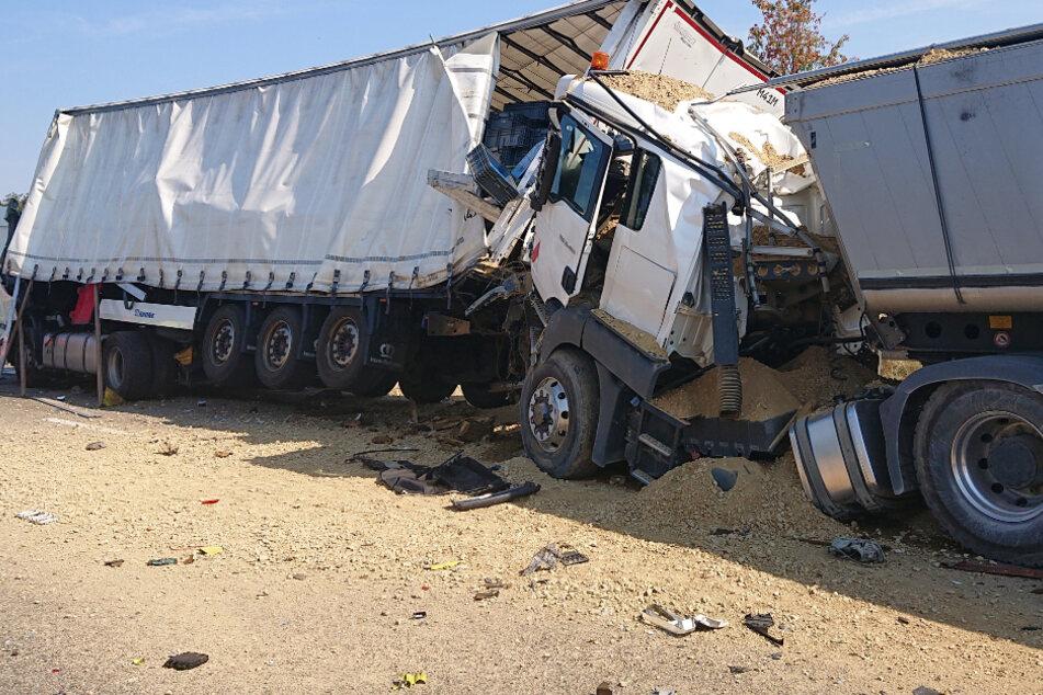 Vollsperrung nach heftigem Lkw-Unfall auf A8: Fahrer schwer verletzt