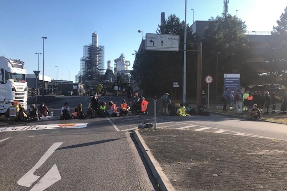 Die Ein- und Abfahrten der Shell-Raffinerie waren versperrt.
