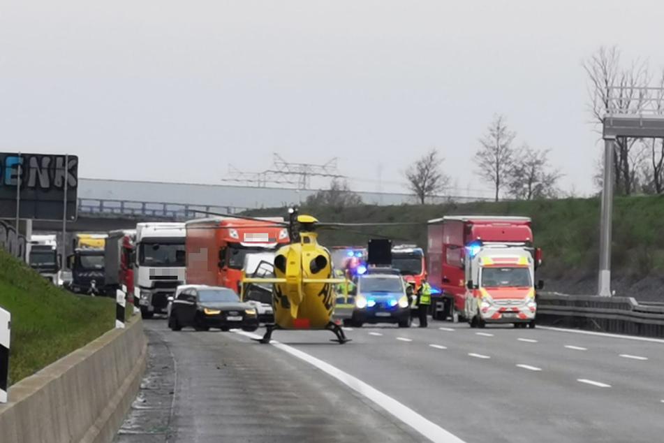 Der Fahrer soll bei Eintreffen der Rettungskräfte bewusstlos gewesen sein. Wie es dazu kam, war zunächst unklar.