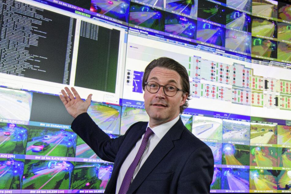 Über hundert Bildschirme - ein Bundesverkehrsminister: Andreas Scheuer (46, CSU) in der Netzbetriebsstelle in Dresden-Hellerau. Hier laufen ab Januar 2021 digital die Informationen von insgesamt 13.000 Autobahnkilometern zusammen.