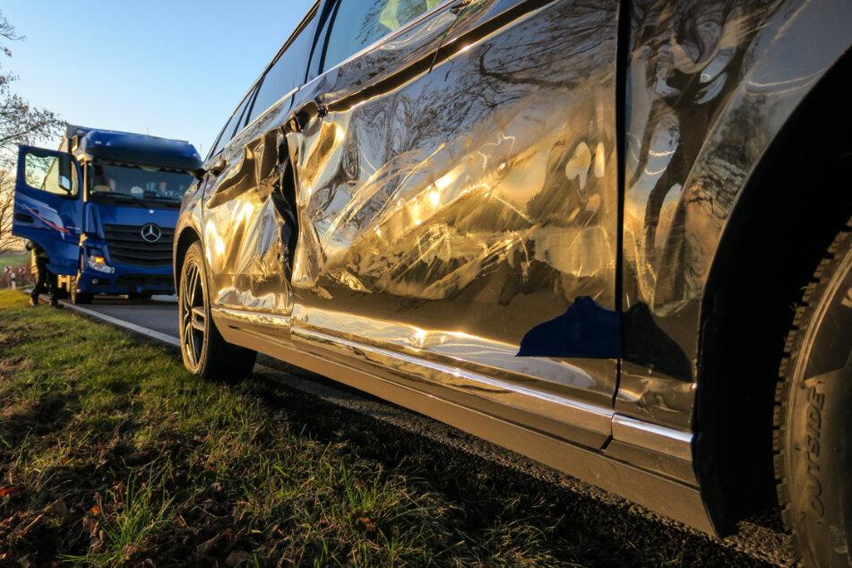 VW überholt verbotenerweise und kracht mit Lkw zusammen